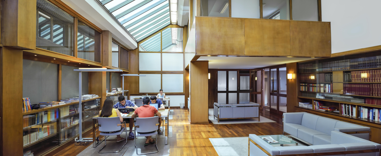 sala lettura wide con studenti